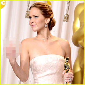jennifer-lawrence-middle-finger-flash-in-oscars-press-room